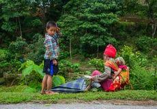 Etniskt folk på vägen i nordliga Vietnam Royaltyfri Foto