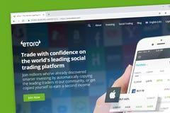 eToro Sozialhandelsplattform-Websitehomepage Intelligentere Investierung, durch automatisch kopieren stockfoto