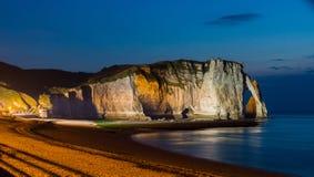 Etretat白色峭壁和海滩在晚上点燃了 图库摄影