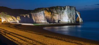 Etretat白色峭壁和海滩在晚上点燃了 免版税库存图片