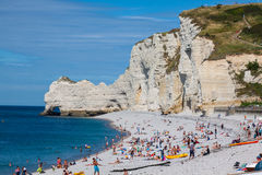 ETRETAT,法国- :Etretat峭壁和它的海滩与未知的peo 免版税库存照片