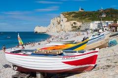ETRETAT,法国- :Etretat峭壁和它的海滩与未知的peo 免版税图库摄影