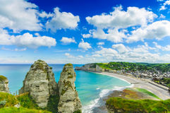 Etretat by. Antennen beskådar från klippan. Normandy Frankrike. Arkivbilder