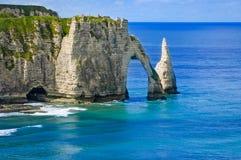 Etretat Aval峭壁和岩石地标和蓝色海洋。 诺曼底,法国。 免版税图库摄影