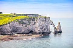 Etretat Aval峭壁和岩石地标和蓝色海洋 诺曼底, 免版税图库摄影