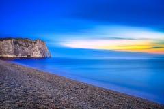 Etretat Aval klippagränsmärke och dess strand. Skymningfotografi. Normandie Frankrike. royaltyfri foto
