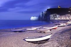 Etretat-Dorf, Buchtstrand und Boote auf nebeliger Nacht. Normandie, Frankreich. Stockbilder