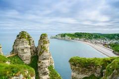 Etretat-Dorf. Vogelperspektive von der Klippe. Normandie, Frankreich. Lizenzfreie Stockfotos