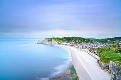 Etretat-Dorf. Vogelperspektive von der Klippe. Normandie, Frankreich. Lizenzfreie Stockfotografie
