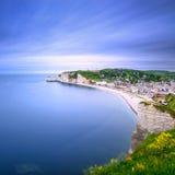 Etretat by. Flyg- sikt från klippan. Normandie Frankrike. Royaltyfri Foto