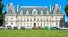 ETRETAT, FRANCES - 20 SEPTEMBRE 2015 : Beaucoup de rétros voitures sur le fond d'un vieux château Photographie stock
