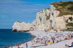 ETRETAT, FRANCIA -: Scogliera di Etretat e la sua spiaggia con il peo sconosciuto Fotografie Stock Libere da Diritti