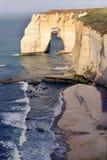 Etretat-Klippen auf dem Atlantik stützen, Alabaster Küste, Normandie, Frankreich unter lizenzfreies stockfoto