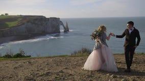 Etretat La Francia belle spose del dicembre 2016 è fotografata contro il contesto della natura Passeggiate giovani di una coppia stock footage
