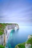 Etretat naturliga Manneporte vaggar bågen och dess strand. Normandie F Arkivfoto