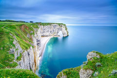 Etretat naturliga Manneporte vaggar bågen och dess strand. Normandie F Arkivfoton