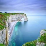 Etretat naturliga Manneporte vaggar bågen och dess strand. Normandie F Royaltyfria Foton