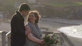 Etretat Schöne Bräute Frankreichs im Dezember 2016 werden gegen den Hintergrund der Natur fotografiert Wege eines junge Paares stock footage