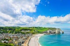 Etretat by, strand, klippa. Normandy Frankrike. Arkivfoto