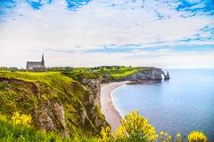 Etretat by, strand och Aval klippagränsmärke på havet normand arkivfoton