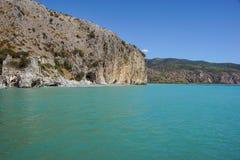 Etretat, under, klippa och strand för båge för laManneporte naturlig rock arkivfoto