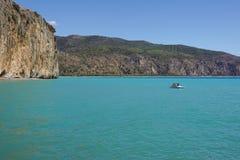 Etretat, under, klippa och strand för båge för laManneporte naturlig rock royaltyfri foto