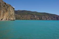 Etretat, under, klippa och strand för båge för laManneporte naturlig rock royaltyfria foton