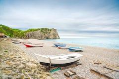 Etretatdorp, baaistrand, Aval-klip en boten. Normandië, Frankrijk. Royalty-vrije Stock Foto's