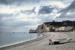 Etretatklip en strand in Normandië, Frankrijk Royalty-vrije Stock Foto's