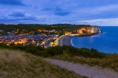 Etretatklippen met boog - Normandië Frankrijk stock foto's