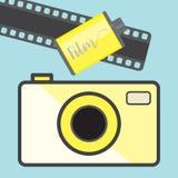 Etro照相机和影片在蓝色背景,平的样式 免版税库存图片