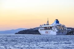 ETS tur het cruiseschip dokte op nieuwe haven van Mykonos na zonsondergang in Myknos-eiland, Griekenland stock afbeelding