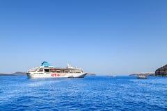 ETS tur kruist schip op de baai van overzees dichtbij haven van Fira, Santorini-eiland, Griekenland royalty-vrije stock foto's