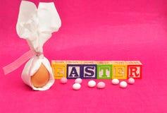 Ett ägg som binds i en servett, som ser som kanin, gå i ax Royaltyfri Foto