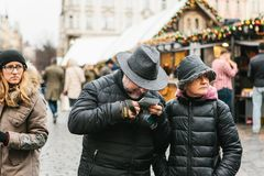 Ett äldre par ser en översikt arkivfoton