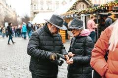 Ett äldre par ser en översikt royaltyfria foton