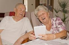 Ett äldre par tycker om internet fotografering för bildbyråer