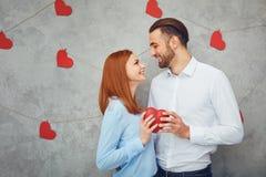 Ett älska par med hjärtor valentin för dag s royaltyfri foto