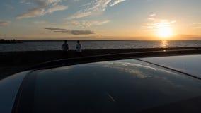Ett älska par på kusten av det Kiev havet, i förgrunden en soltak för Ñ-ar Arkivfoto