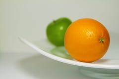 Ett äpple och en apelsin Royaltyfri Bild