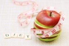 Ett äpple och en böjlig linjal som ett begrepp av banta och viktkontroll fotografering för bildbyråer