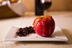 Ett äpple som duggas med honung Royaltyfria Foton