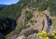 Ett ångadrev längs en flod i Colorado arkivfoton