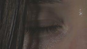 Ett öga dras ihop nervöst stock video