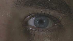 Ett öga dras ihop nervöst lager videofilmer