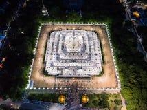 Ett ögonblick av buddistisk ceremoni för helig dag i Asokaram buddistiska vikarier Royaltyfria Foton