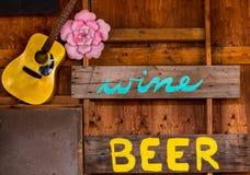 Ett öl- och vintecken Arkivfoton