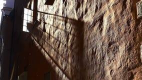 Ett öppet fönster i ett gammalt hus i Stockholm sweden lager videofilmer