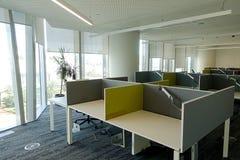 Ett öppet kontor med avskilda tomma tabeller Royaltyfria Bilder