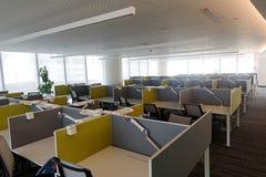 Ett öppet kontor med avskilda tomma tabeller Royaltyfria Foton